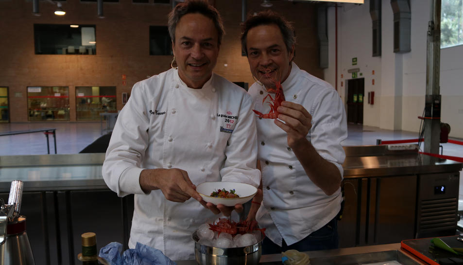 Els germans Torres, xefs del restaurant Cocina Hermanos Torres, mostrant el plat elaborat i una gamba de Tarragona a l'exhibició feta als Premis Gastronòmics Tarragona.