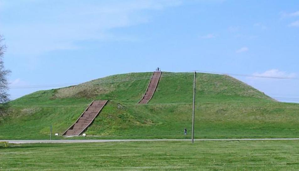 Imatge del Túmul del Monje, el major túmul del jaciment de Cahokia.