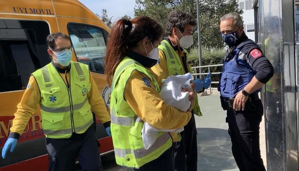 Troben una bebè de cinc dies abandonada en una caixa de cartó a Madrid