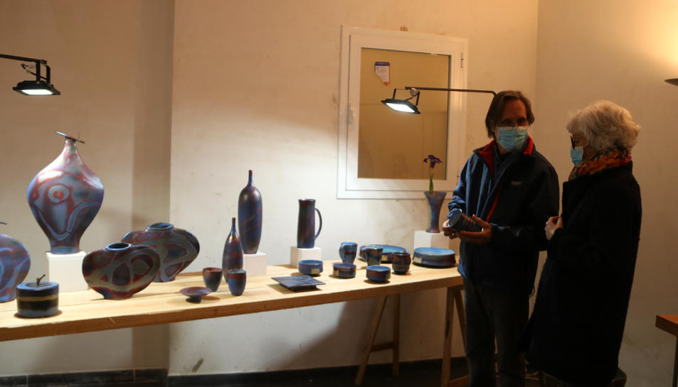Dos artesans en un dels locals reoberts en el marc del projecte Espais Vius d'Art, impulsat per l'Ajuntament de l'Espluga de Francolí.