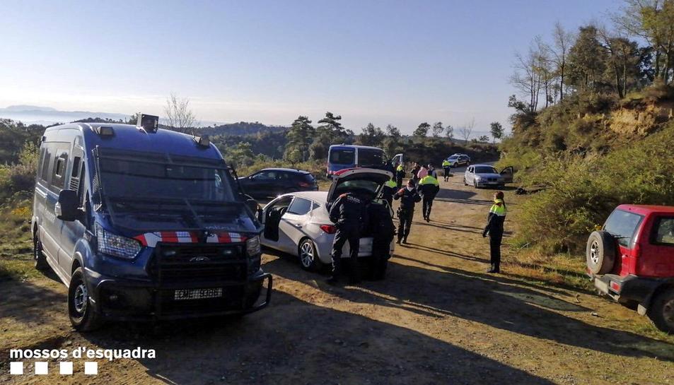 Una furgoneta de Mossos d'Esquadra a la festa il·legal en una masia del Berguedà.