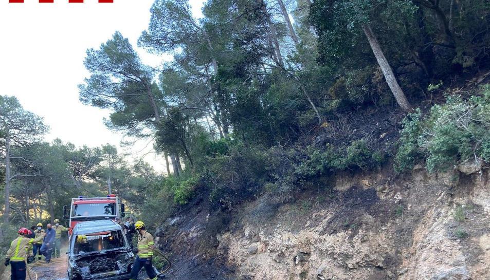 El vehicle cremat a l'incendi de Paüls.