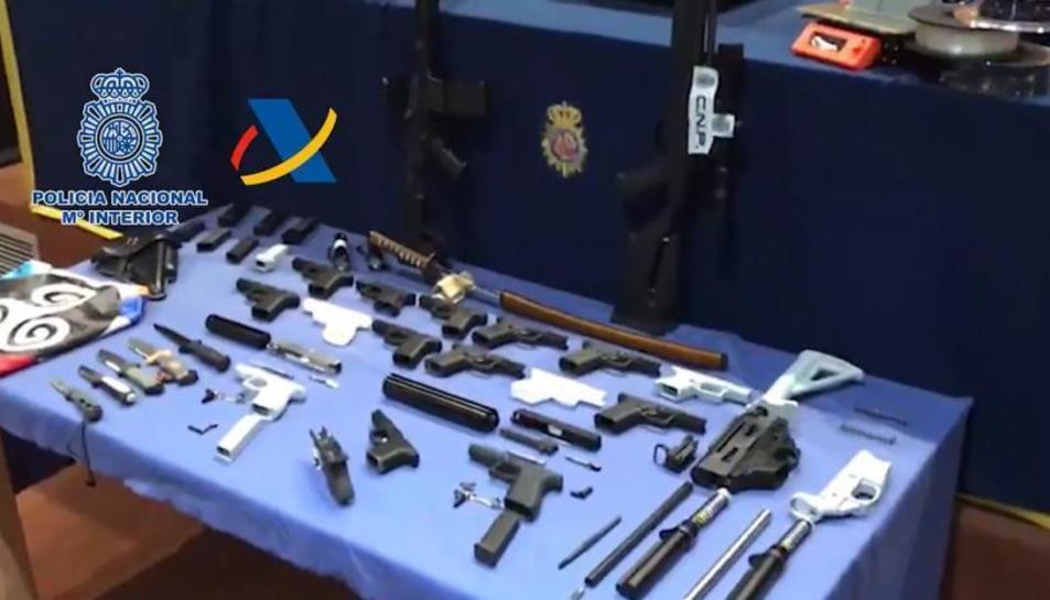 Imatges del material requisat per la Policia.