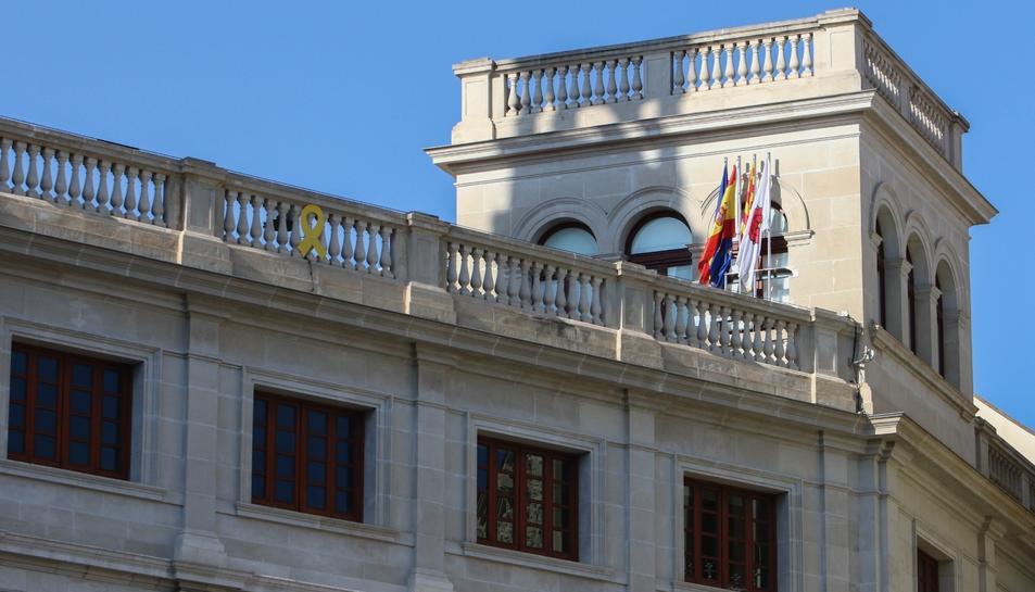 La façana de la palau municipal sense la pancarta, aquest diumenge.