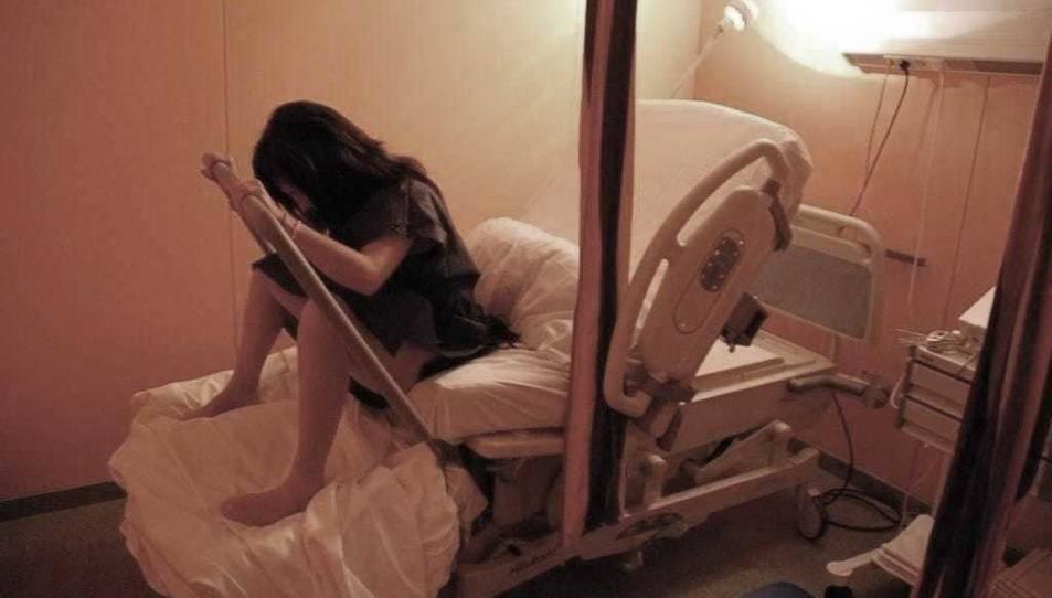 Durant el part es promou el moviment de la mare per afavorir un naixement natural.
