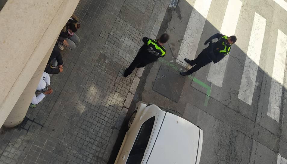 Moment de la identificació dels ocupes per part de la policia.
