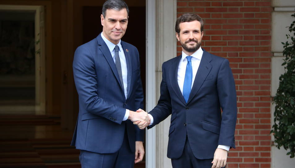 El president del govern espanyol, Pedro Sánchez, encaixant la mà amb el líder del PP, Pablo Casado, en una imatge d'arxiu.
