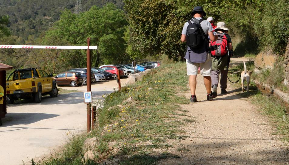 Un grup d'excursionistes caminant per la Vall del riu Glorieta a Alcover, en una imatge d'arxiu.