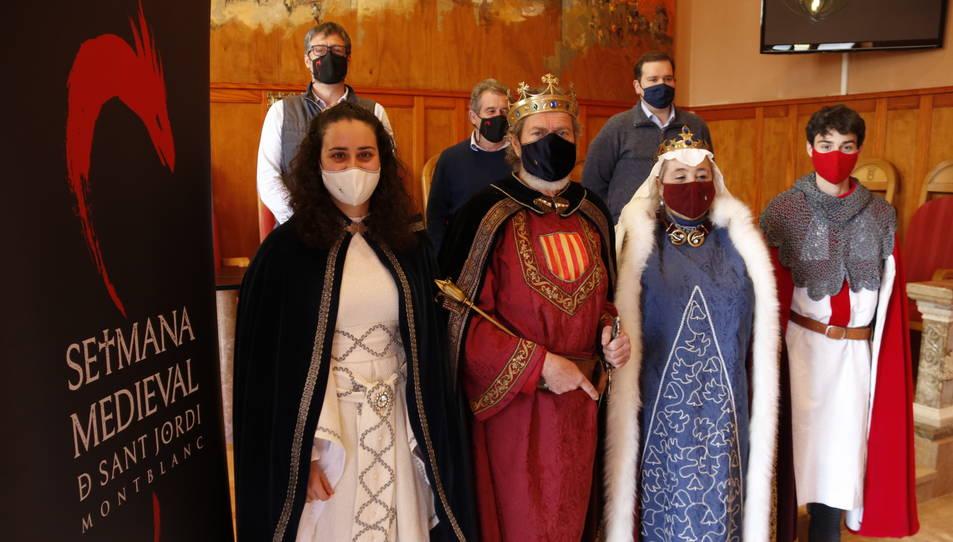 Sant Jordi i la princesa -Marc Català i Carla Farré-, amb responsables de l'Associació Medieval i de l'Ajuntament.
