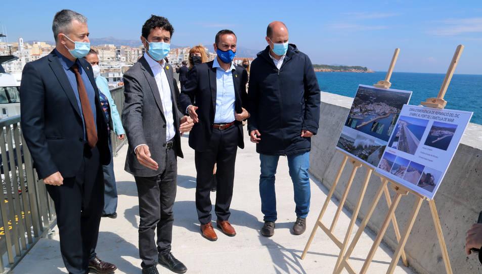 El conseller Damià Calvet i l'alcalde de l'Ametlla de Mar, Jordi Gaseni, davant dels plafons explicatius del projecte.