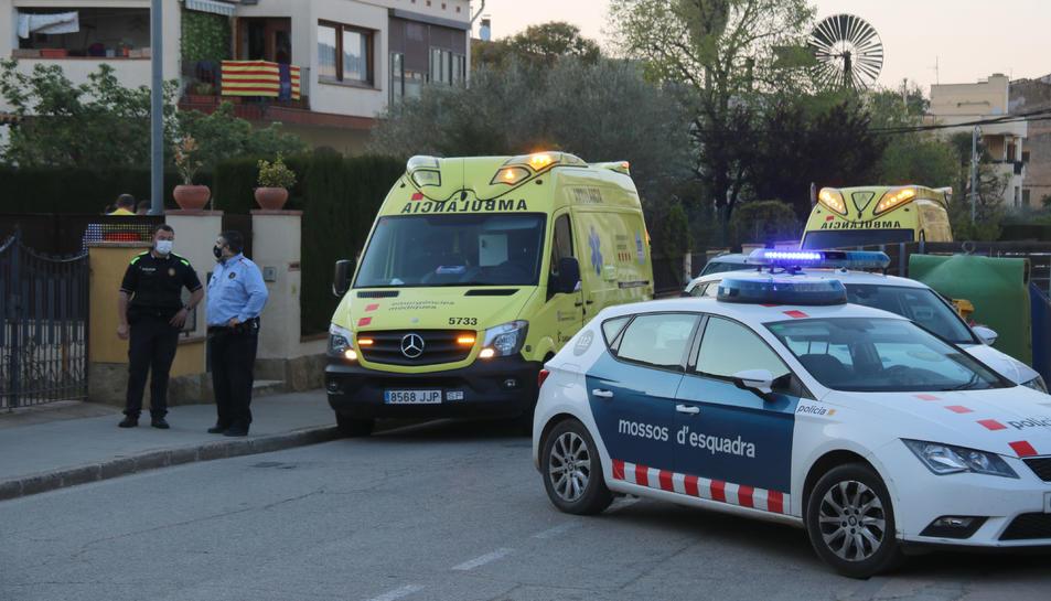 La Policia Local i els Mossos amb les ambulàncies al costat de la casa on ha tingut l'accident la petita a la Bisbal.