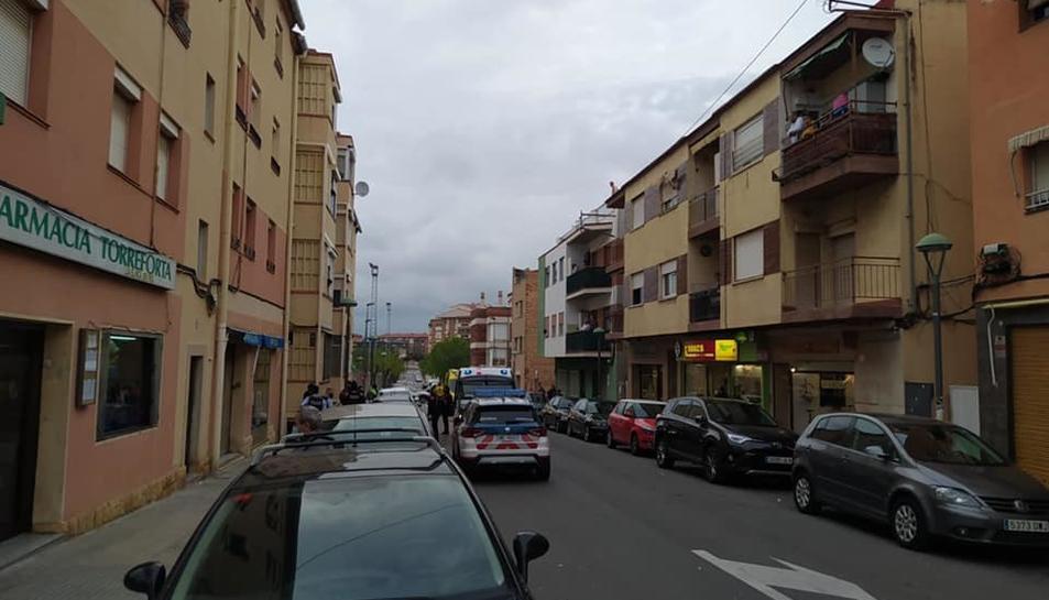 Imatge del SEM i els Mossos d'Esquadra al carrer Falset.