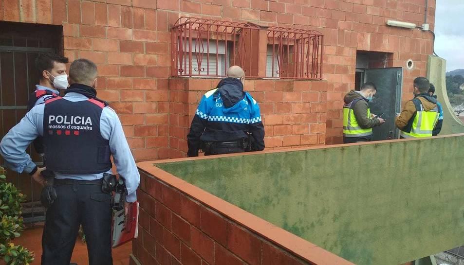 Agents de la Guàrdia Urbana i dels Mossos durant l'operatiu.