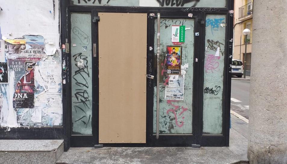 L'entrada de l'antiga seu bancària, tancada provisionalment.