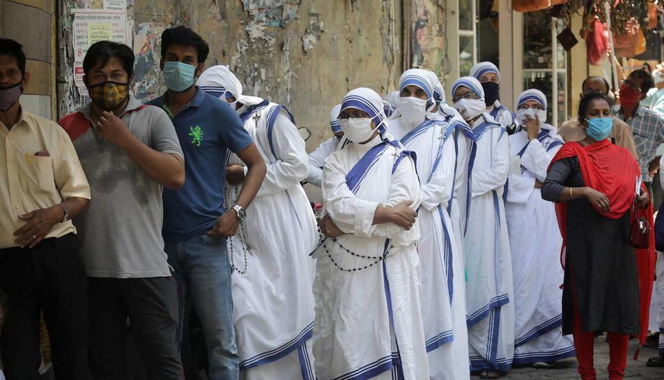 Una cua de persones a Calcula (Índia) esperant a fer-se la prova del coronavirus.