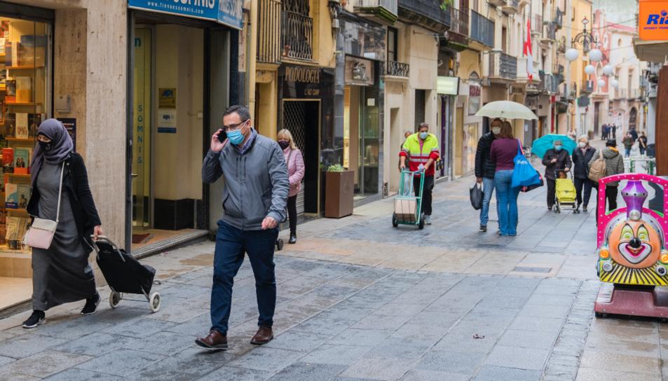 Gent amb mascareta passejant per Valls.