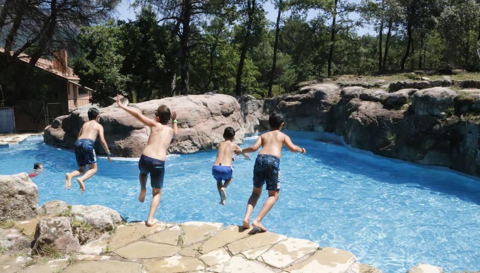 Nens tirant-se a la piscina de la casa de colònies.