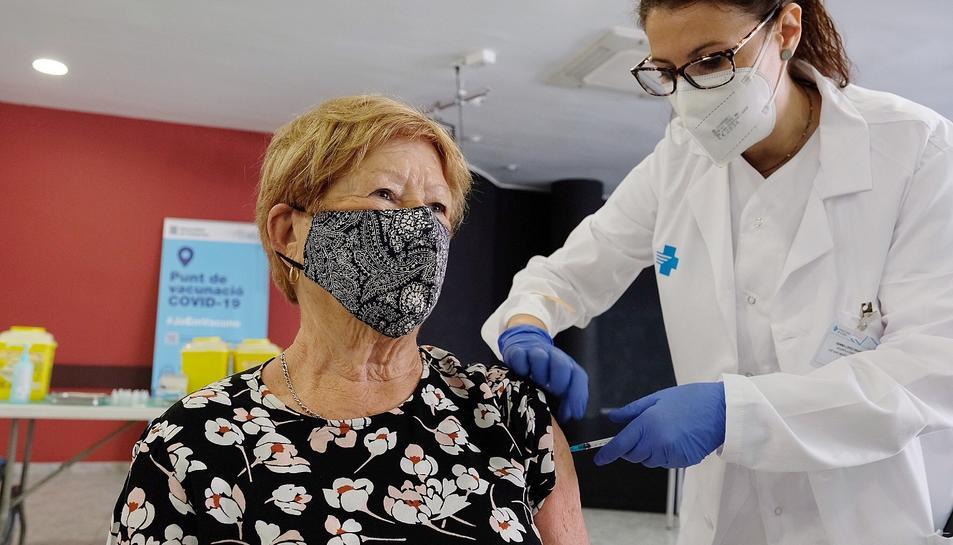 Una professional sanitària administra una de les primeres dosis de la vacuna de Janssen a Catalunya.
