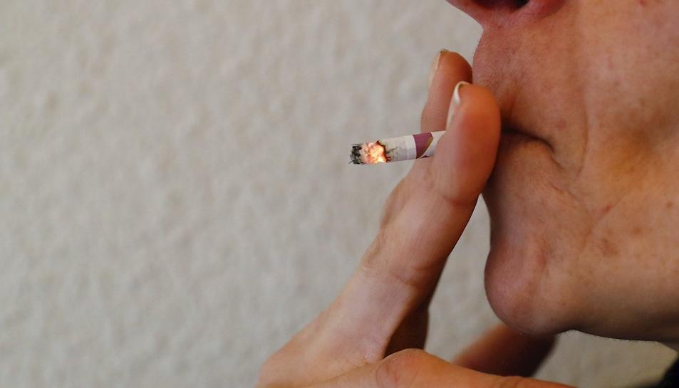Imatge d'una persona fumant, un hàbit que augmenta el risc de patir trombes.