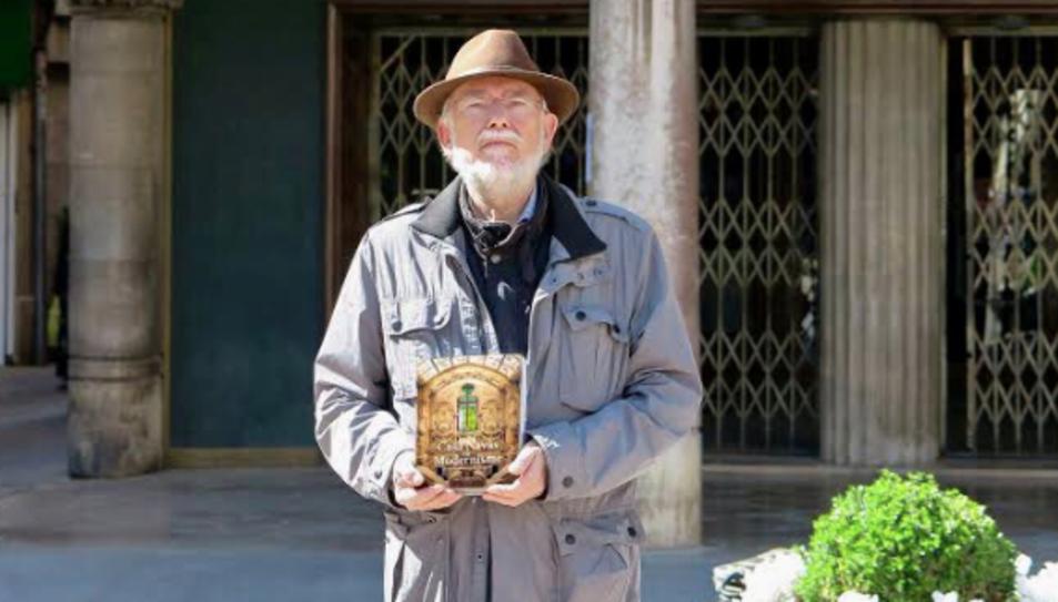 L'arquitecte i coordinador del llibre, amb un exemplar