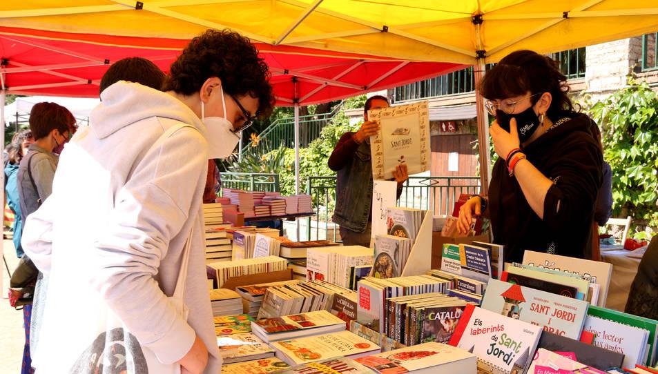 Paradas de libros y rosas sin aglomeraciones en una Diada atípica en el  Parc Sant Jordi de Reus