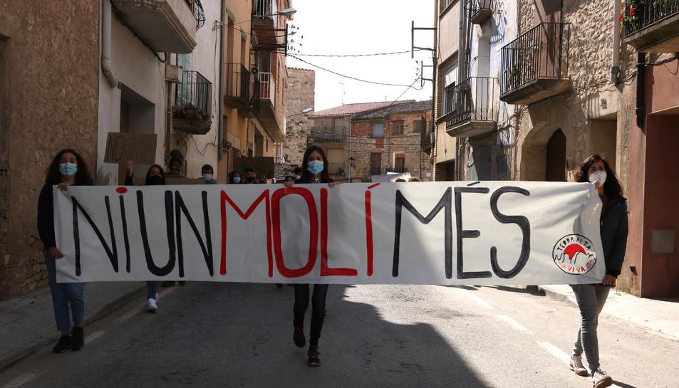 Els manifestants durant la protesta per denunciar la massificació eòlica que pateix la Terra Alta a Vilalba dels Arcs