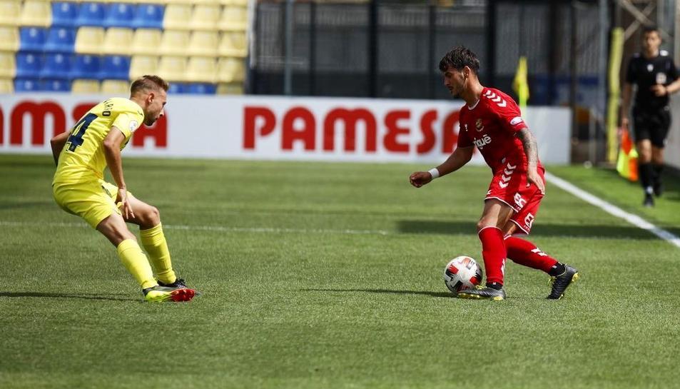 Un jugador del Nàstic intentant superar el defensor del Villarreal B.