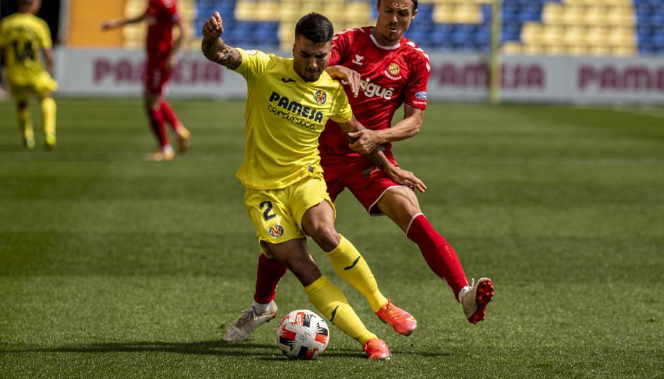 Francesc Fullana lluita una pilota contra un rival durant el partit disputat aquest diumenge a Villarreal.