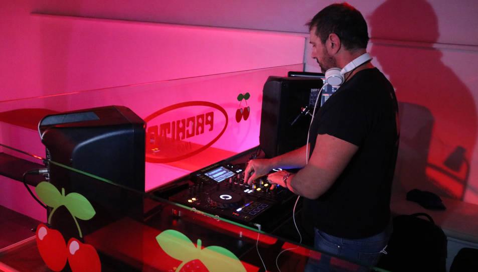 Un DJ posant música en un bar musical.