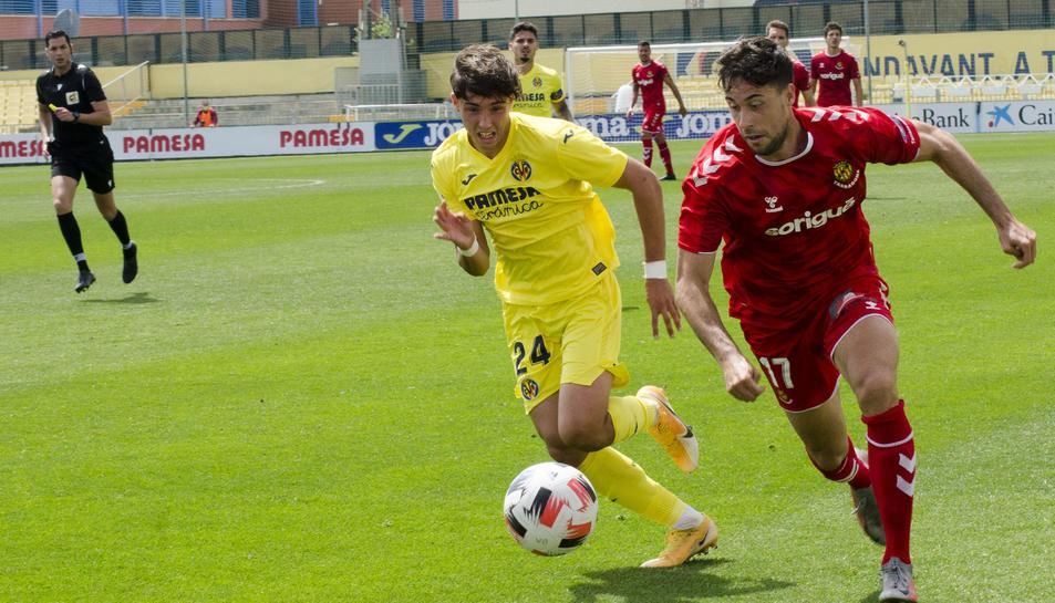 Pedro Martín condueix l'esfèrica durant el partit que el Nàstic va disputar a Villarreal aquest passat diumenge (1-2).
