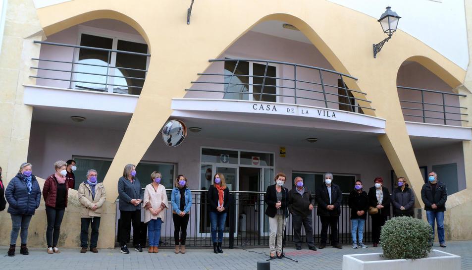 Pla general de diverses persones concentrades davant la Casa de la Vila de la Bisbal del Penedès.