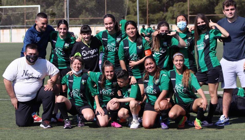 Totes les jugadores i el cos tècnic que formen l'equip amateur femení del Racing Bonavista.
