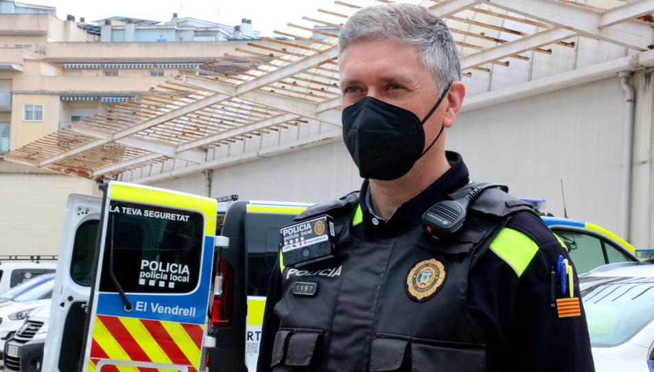 Un agent de la Policia Local del Vendrell amb una càmera unipersonal a l'armilla.