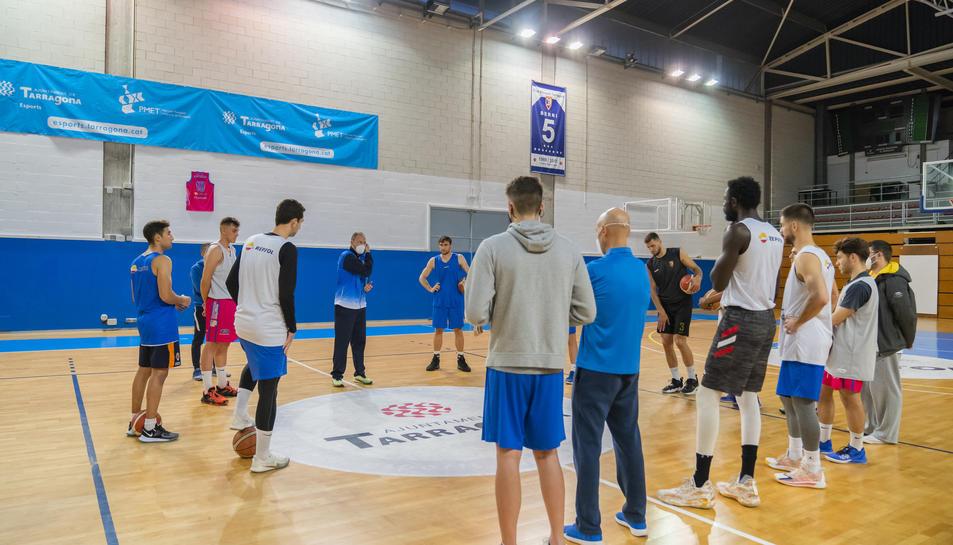 Berni Álvarez donant ahir instruccions als seus homes tot just abans de començar l'entrenament.