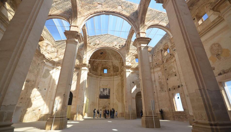 L'eslgésia del Poble Vell de Cobera d'Ebre, que té una coberta transparent.
