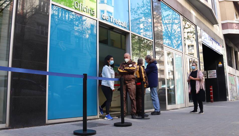 Entrada de l'Oficina de Treball del carrer Sepúlveda de Barcelona.