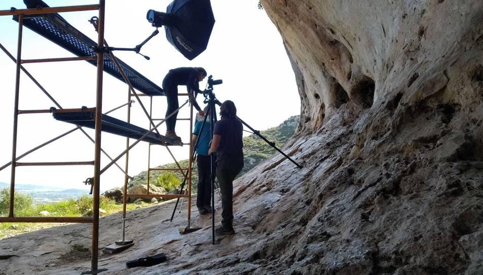 Especialistes treballant en el projecte d'estudi i recuperació de les pintures rupestres de l'abric IV de l'ermita d'Ulldecona.