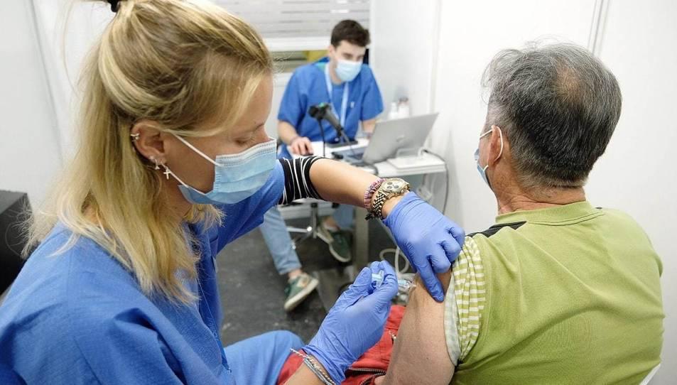 UN home rebent la vacuna.