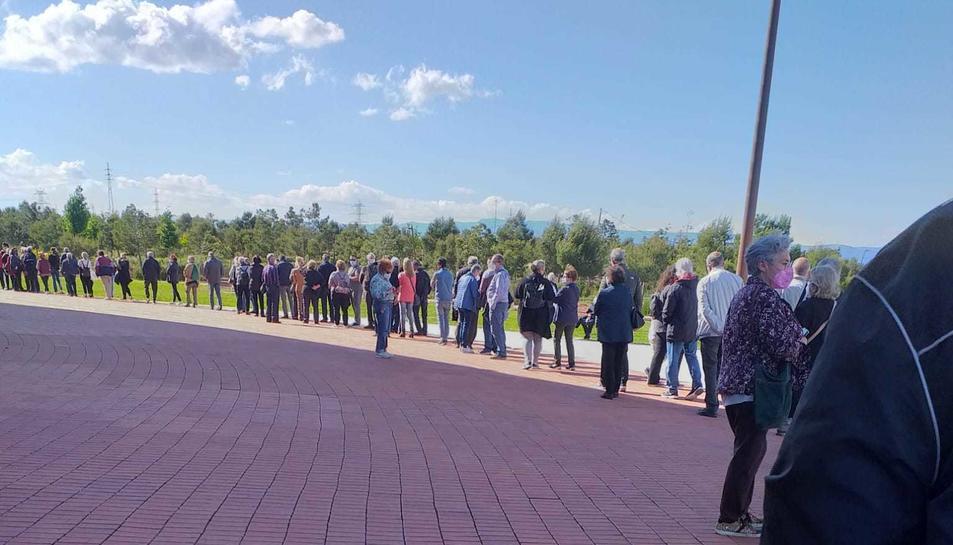 Cua de persones esperant rebre el vaccí a l'Anella Olímpica.