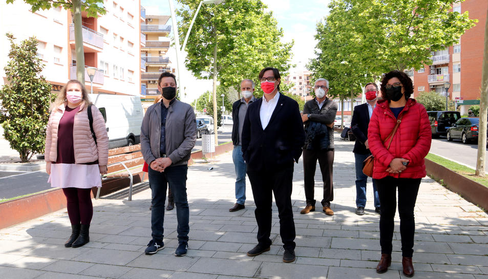 El candidat del PSC a la presidència de la Generalitat, Salvador Illa, acompanyat de diputats i membres del partit, durant la visita al barri de Campclar de Tarragona.
