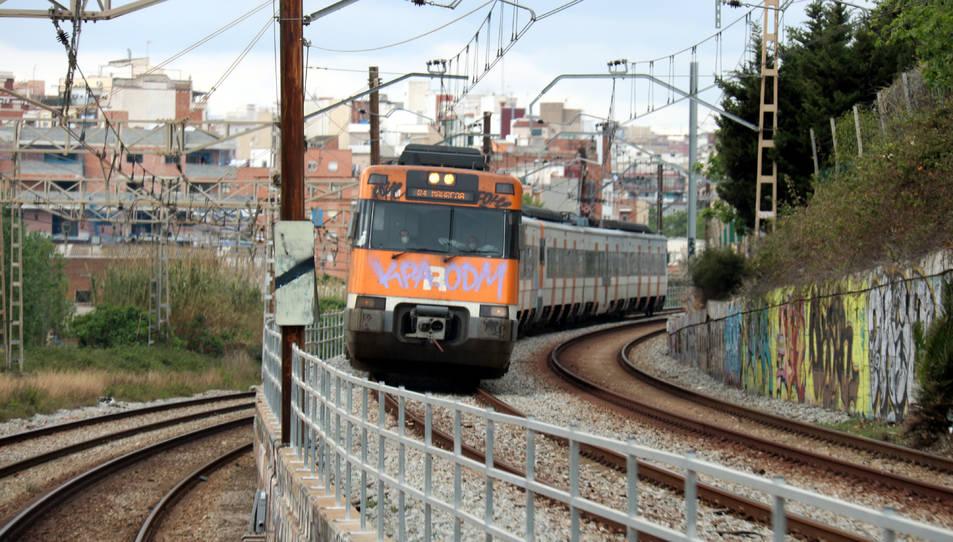 Imatge d'un tren de Rodalies des de la cabina d'un altre comboi de l'R2.