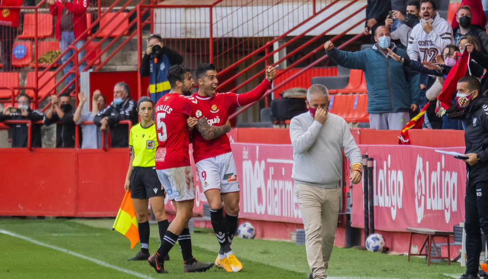 Oliva celebra amb Trilles el gol que li va donar el triomf al Nàstic.
