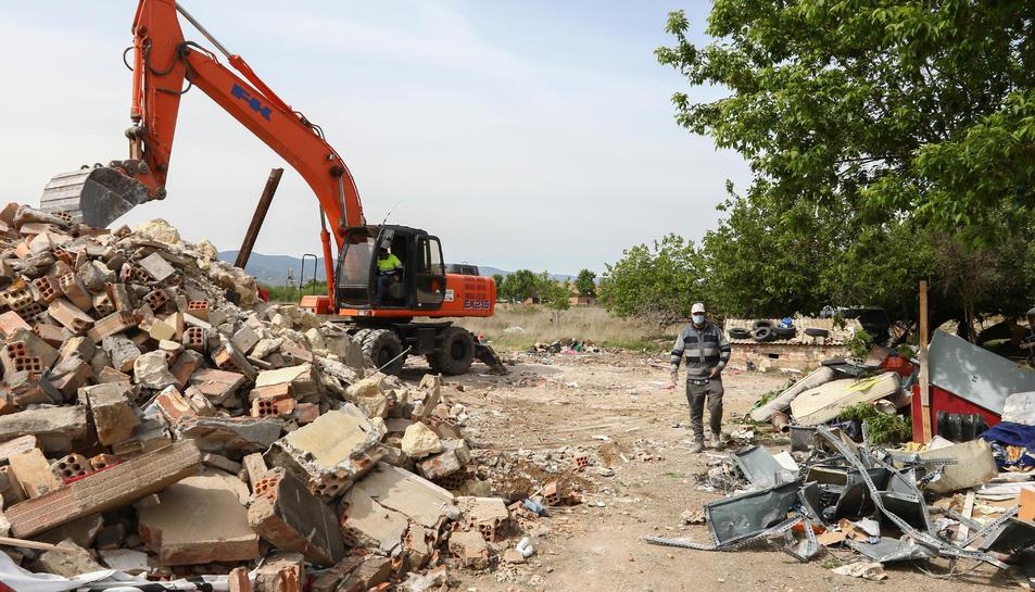 Mohamed destriava ahir ferralla i objectes personals d'entre les restes de la construcció.