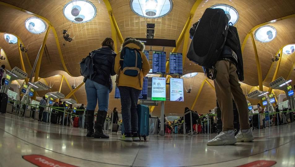 Vista del transito de viajeros por la T4 del Aeropuerto Adolfo Suárez Barajas en Madrid.