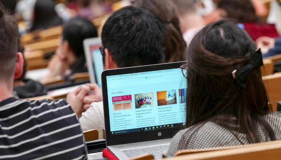 Una estudiant que treballa al seu ordinador portàtil durant els dies d'orientació del programa d'intercanvi Erasmus +.