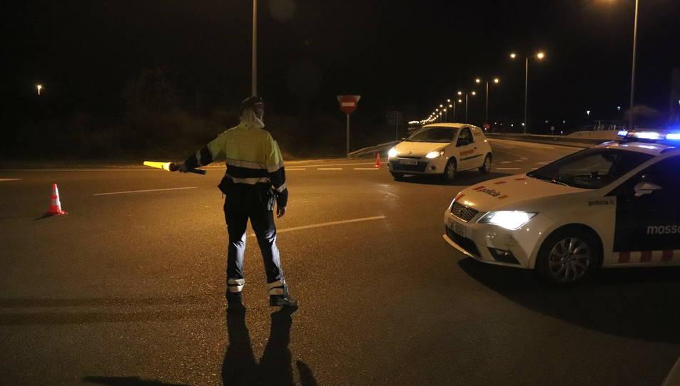 Pla general d'un control dels Mossos d'Esquadra a la T-11, a Tarragona, minuts després d'entrar en vigor el toc de queda.