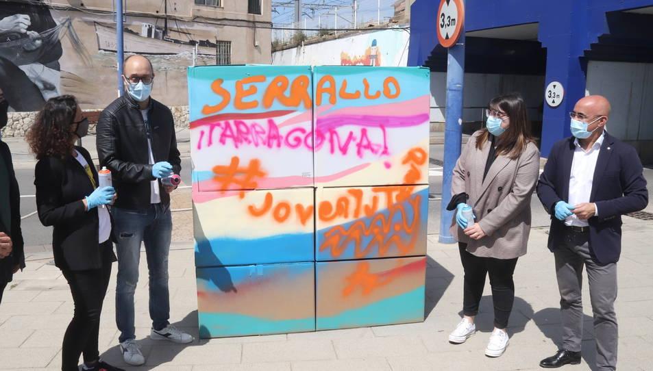 Els impulsors del Camp de Treball del Serrallo, amb el mural que han pintat.