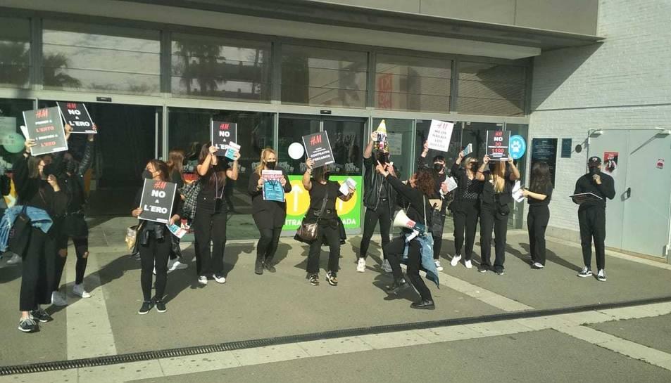 Les treballadores d'H&M a les portes de la Fira Reus.