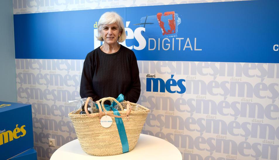 La Maria Rosa amb la cistella de productes Caprabo.