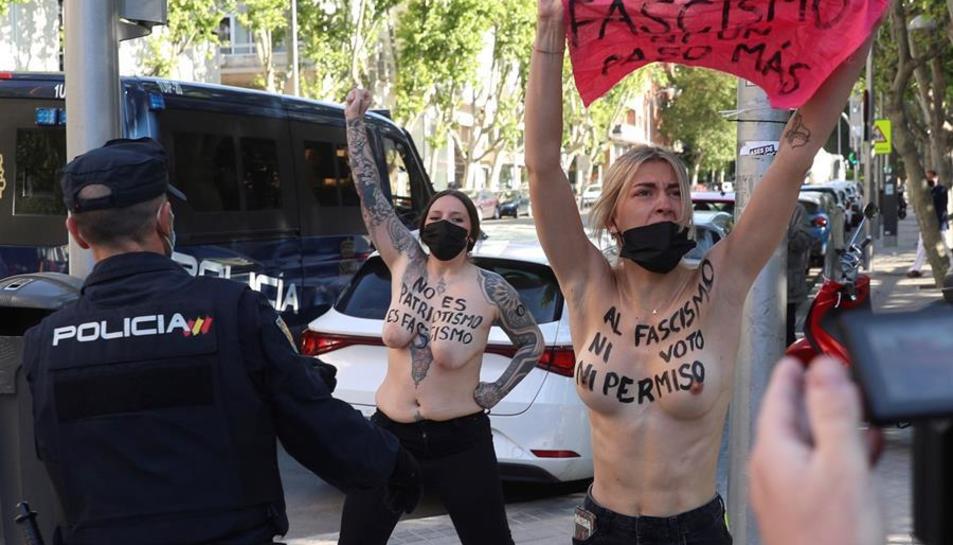 Imatge de les activistes protestant davant el col·legi electoral.
